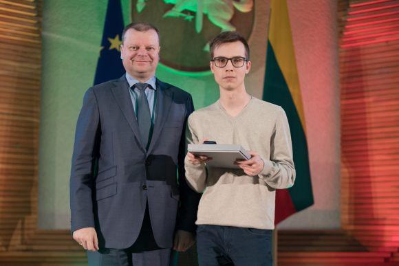 Jeronimo Ralio gimnazijos moksleivis Domantas Žukauskas už savanorystę pagerbtas Vyriausybėje